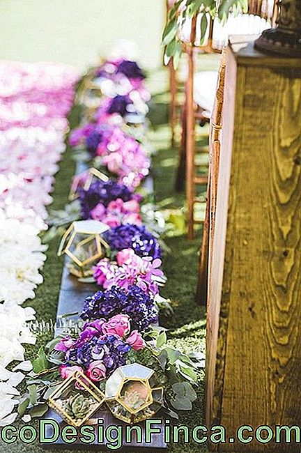 Variety of colors is also an advantage of lisianthus flower for weddings