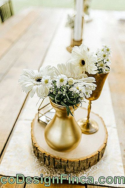 Wedding flowers: white gerberas and mini daisies adorn this table
