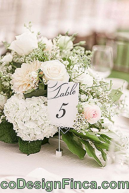 Chrysanthemums, roses and hydrangeas: all white wedding flowers on the table