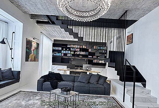 Crystal chandelier, marble staircase and apparent concrete ceiling: all this to create a modern and sophisticated look for the house